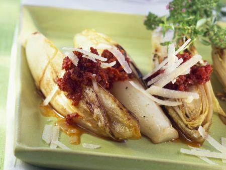 Chicorée mit rotem Pesto und Parmesan