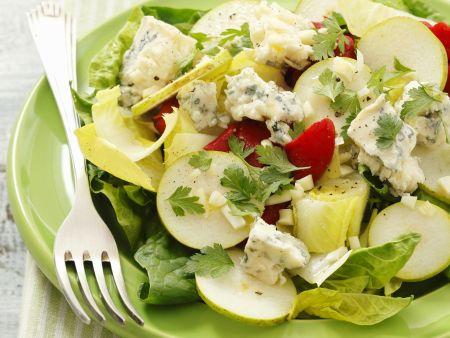 Chicoréesalat mit Spinat, gegrillter Paprika, Gorgonzola und Birne