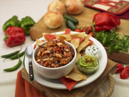 Chili con Carne mit Chips, Avocadocreme und Sour Cream