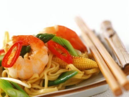 Chili-Shrimps mit Porree, Mais und Eiernudeln