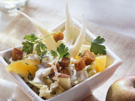 Chinakohlsalat mit Sellerie, Obst und Croutons