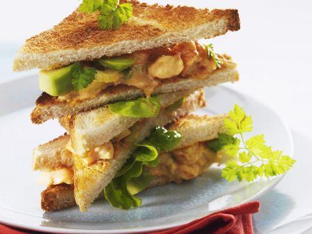 Club-Sandwich mit Meeresfrüchte-Avocado-Salat