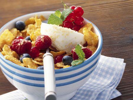 Cornflakes mit Joghurt und frischem Beerenobst