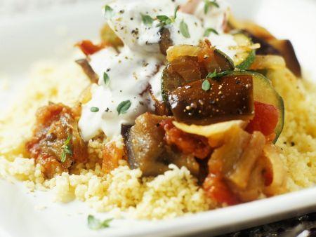 Rezept: Couscous mit Auberginen-Zucchini-Gemüse und Joghurtsoße