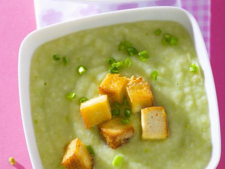 Cremige Erbsensuppe mit Tofu-Croutons