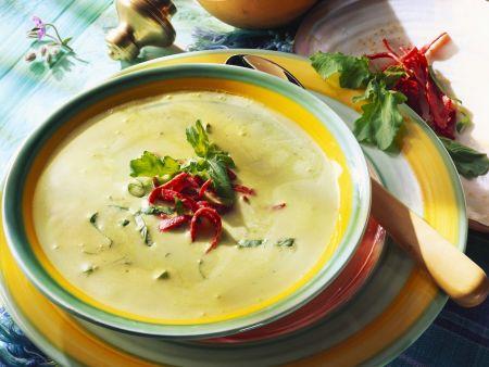 Rezept: Cremige Kräutersuppe mit Salami