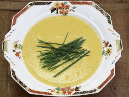 Cremige Kürbissuppe mit Schnittlauch
