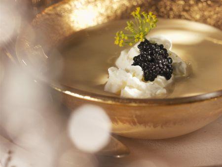 Cremige Linsensuppe mit Rahm und schwarzem Kaviar