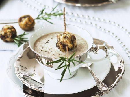 Cremige Pilzsuppe mit Pilz-Semmelklößen