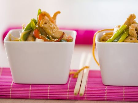 Crevetten-Hähnchen-Salat mit Gemüse und asiatischen Nudeln