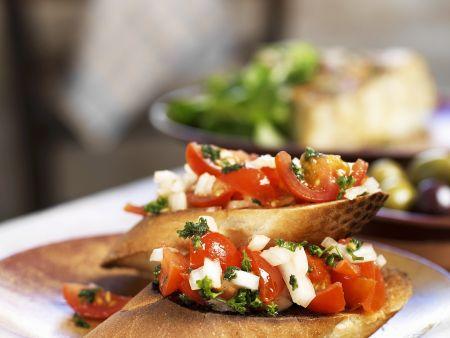 Crostini mit Tomaten, Zwiebeln und Petersilie