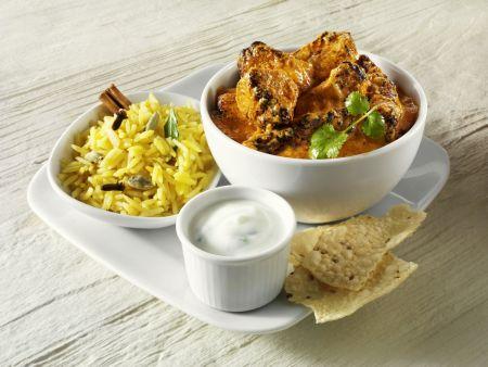 Curry mit Reis, Joghurtdip und indischem Fladenbrot