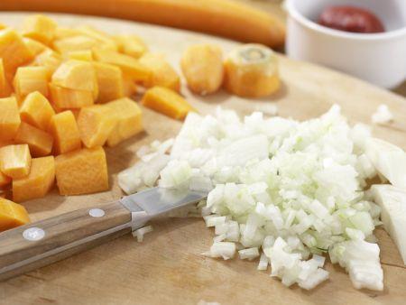 Deftiger Gemüseauflauf mit Brot: Zubereitungsschritt 1
