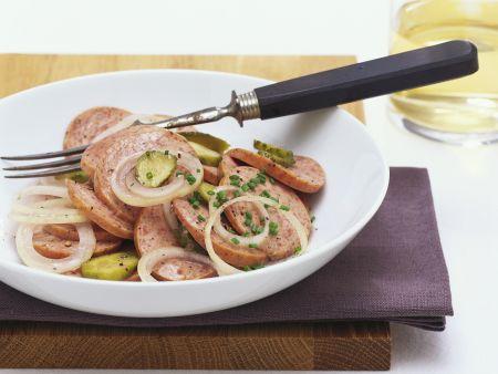 Deftiger Wurstsalat mit Essiggurken und Zwiebeln