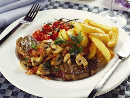 Deftiges Steak mit Champignons, Tomaten und Pommes