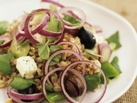 Dinkelsalat mit Zwiebeln, Oliven und  Schafskäse