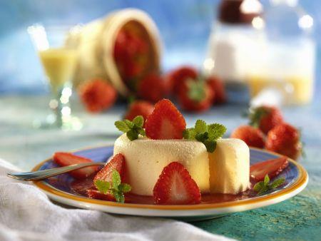 Eierlikör-Eis auf Erdbeerspiegel