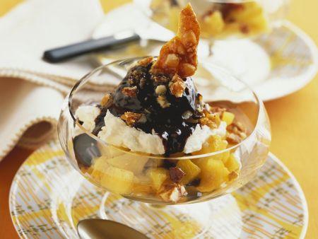 Rezept: Eisbecher mit Ananas und Kokos-Schoko-Soße
