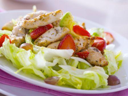 Rezept: Eisbergsalat mit Hähnchenbrust, Erdbeeren und Avocados