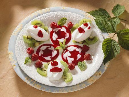 Eischneeklößchen mit Früchten