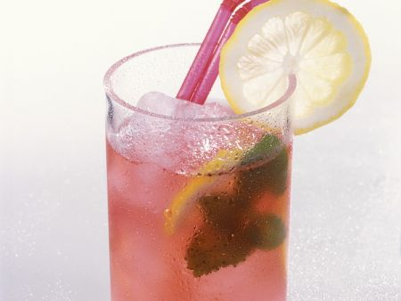 Eistee mit Hibiskus und Zitrone