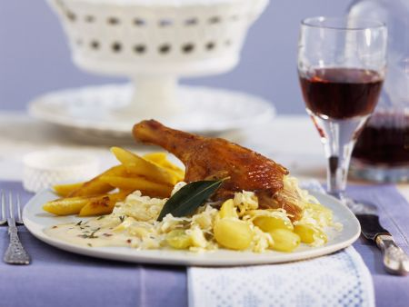 Entenschlegel mit Kartoffelnudeln, Champagnerkraut und Sahnesoße