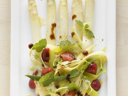 Erdbeer-Pasta-Salat mit Spargel