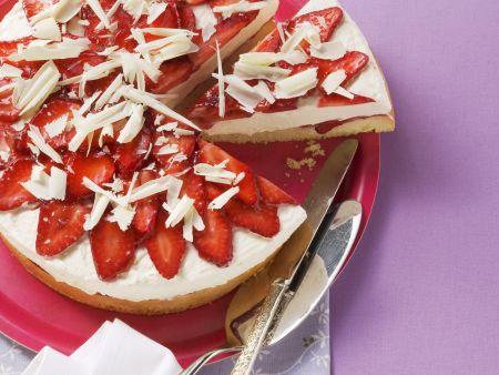 Erdbeer-Quarkkuchen mit weißen Schokohobeln
