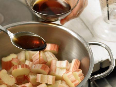 Erdbeer-Rhabarber-Grütze: Zubereitungsschritt 2