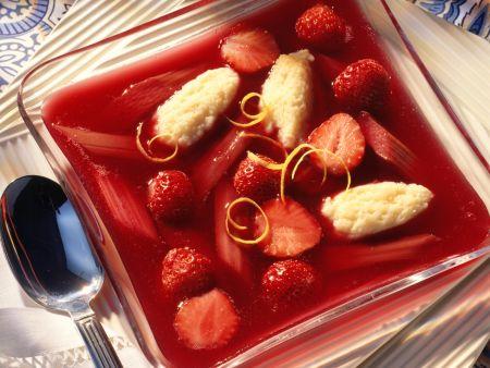 Erdbeer-Rhabarber-Kaltschale mit Grießklößchen