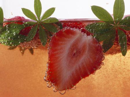 Erdbeerbowle mit Waldmeister
