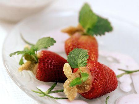 Erdbeeren mit Keksfüllung und Joghurtdip