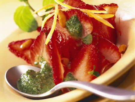 Erdbeeren mit Minzpesto