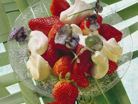 Erdbeeren mit Sahne und Veilchen