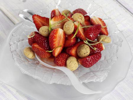 Erdbeersalat mit Amarettini und Limettensirup