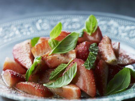 Erdbeersalat mit Basilikum und Minze