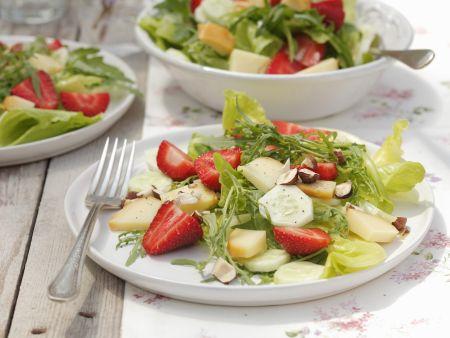 Erdbeersalat mit Gurke, Haselnüssen und Feta