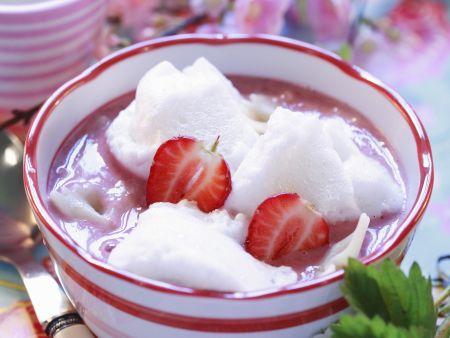 Erdbeersuppe mit Eischneenockerl