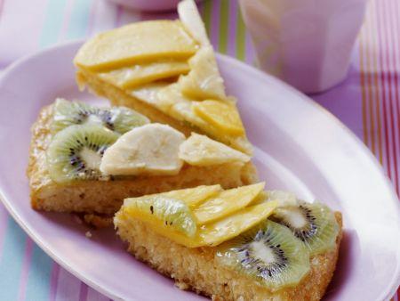 Exotischer Obstkuchen mit Kokosboden