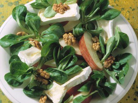 Feldsalat mit Camembert und Walnüssen