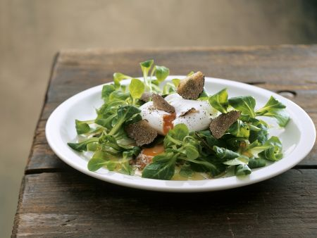 Feldsalat mit Trüffeln und verlorenem Ei