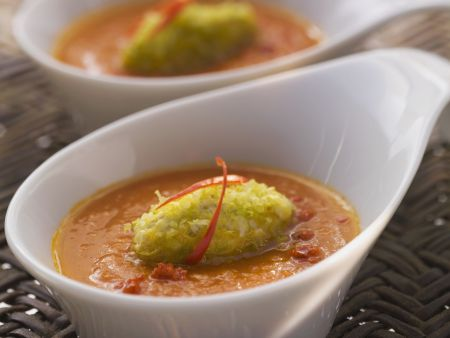 Rezept: Feurige Möhren-Tomatensuppe mit grünem Nockerl