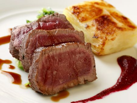 Filet am Hirsch mit Kartoffelauflauf und Rote-Bete-Soße