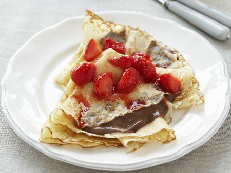 Filigrane Pfannkuchen mit Erdbeeren und Schokolade