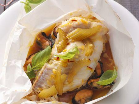 Fisch im Backpapier mit Gemüse und Muscheln