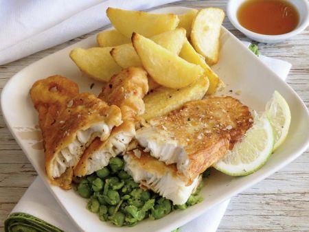 Fisch mit Kartoffelspalten und Erbsenpüree