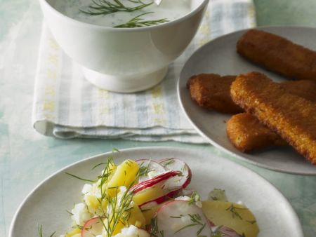 Fischstäbchen und Kartoffelsalat mit Radieschen