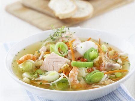 Fischsuppe mit Gemüse und Croutons