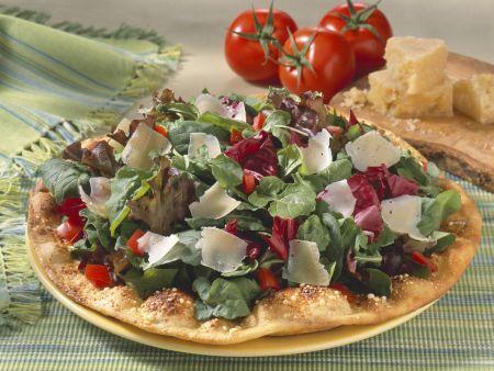 Fladenbrot mit Salat und Parmesanspänen