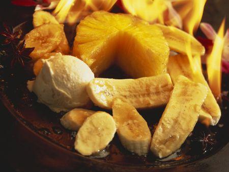 Flambiertes Obst mit Eis